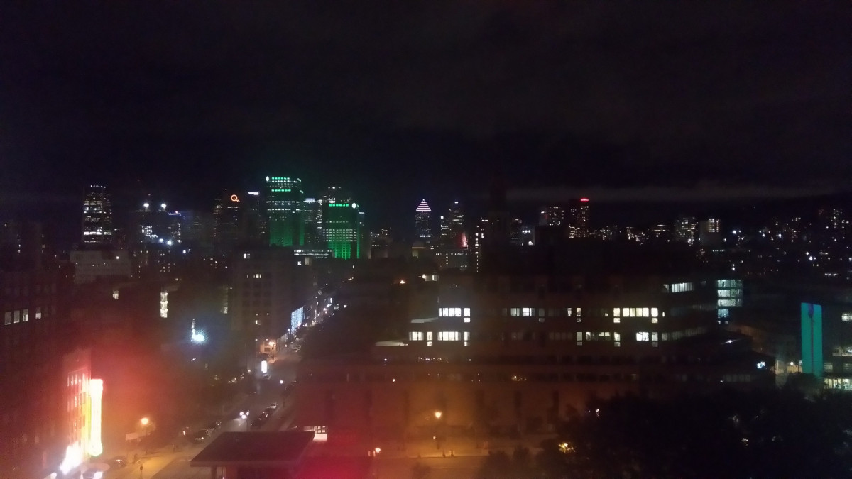 Montreal - beleuchtet - vom Hotelzimmer aus - sozusagen künstlerisch wertvoll 😁